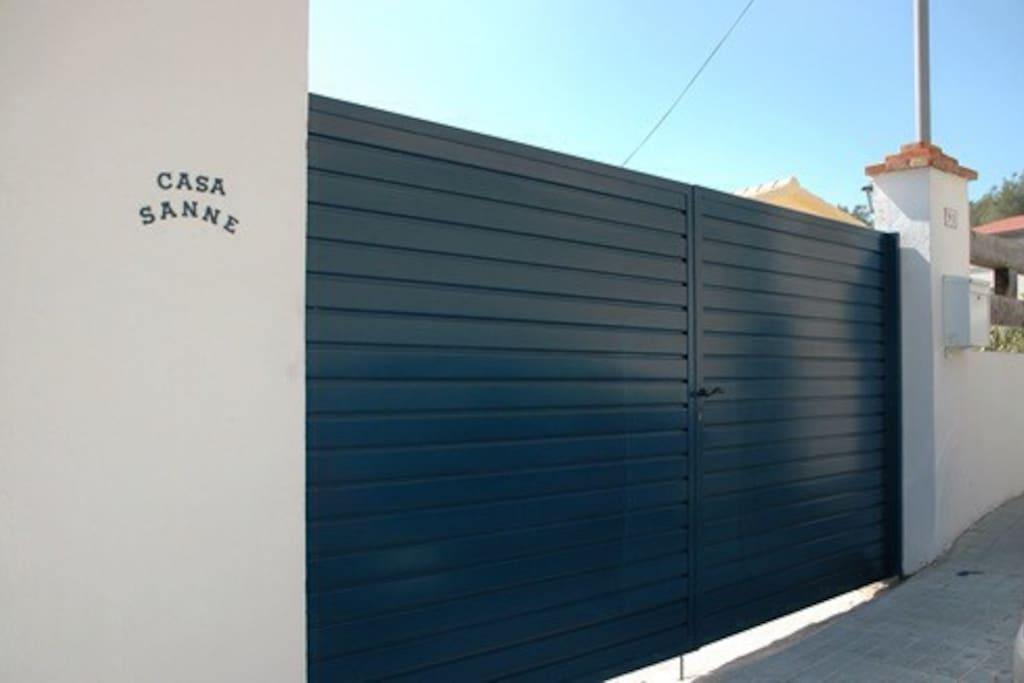 Dit is de ingang die u geeft tot de woning en hierachter kunt u de auto parkeren