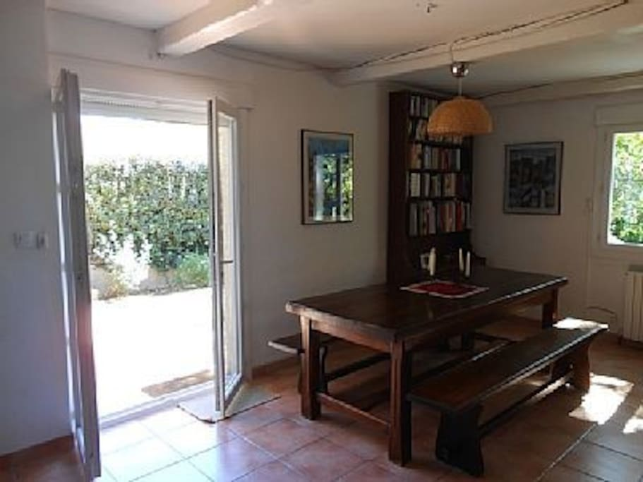 La salle à manger avec table en chêne massif