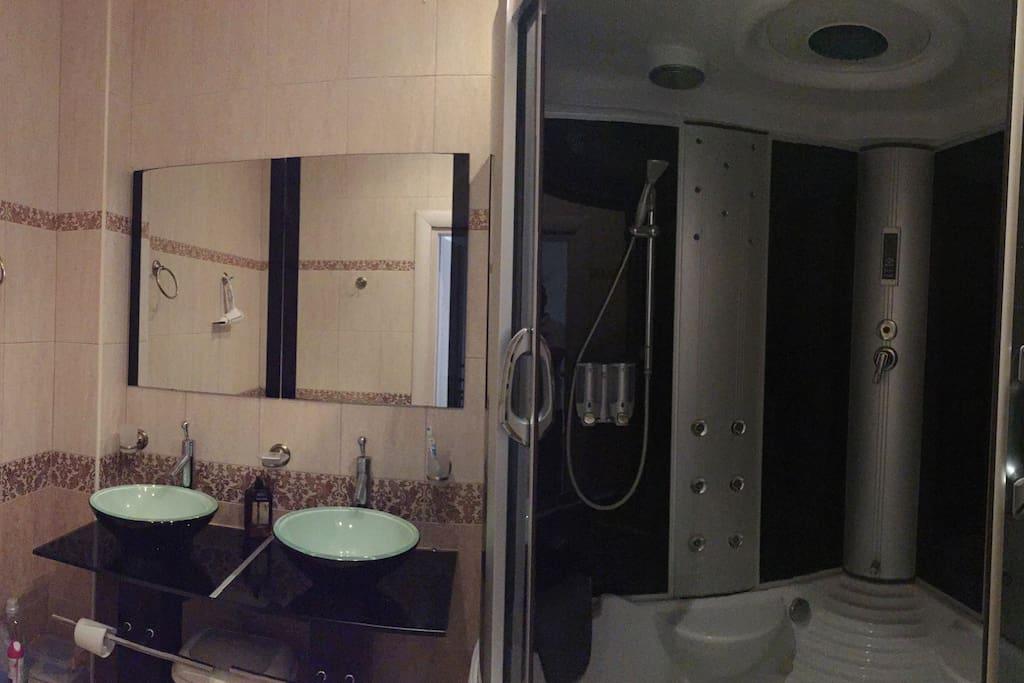 Общая ванная комната на два номера
