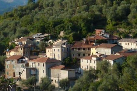 300 Jahre altes Steinhaus in Ubaghetta / Cascina