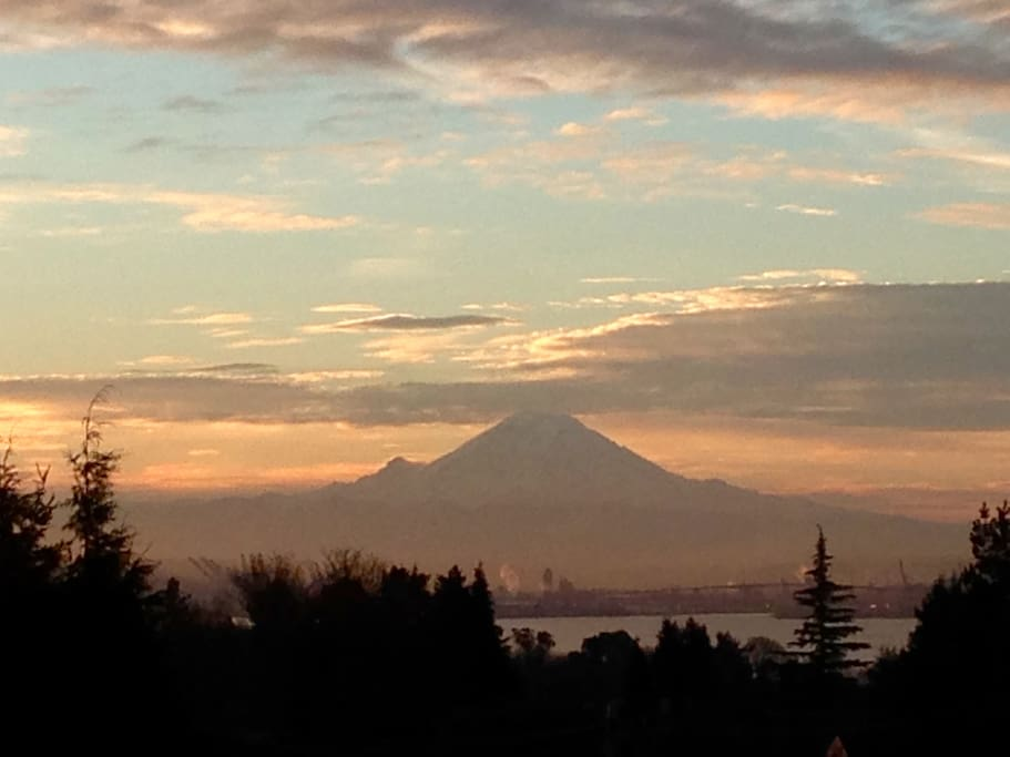 Spectacular view of  Mt. Rainier and the Waterfront from the deck/living room