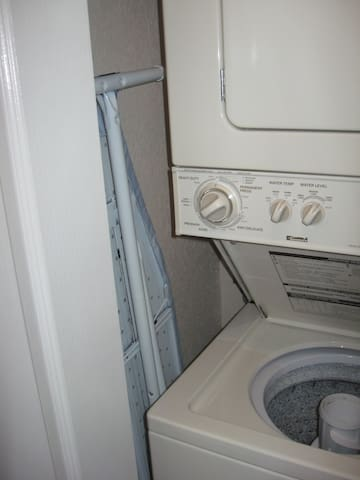 Laundry facility, includes a washer, dryer, and an ironing board and iron - Servicio de lavandería, incluye una lavadora, secadora, y una tabla de planchar y plancha