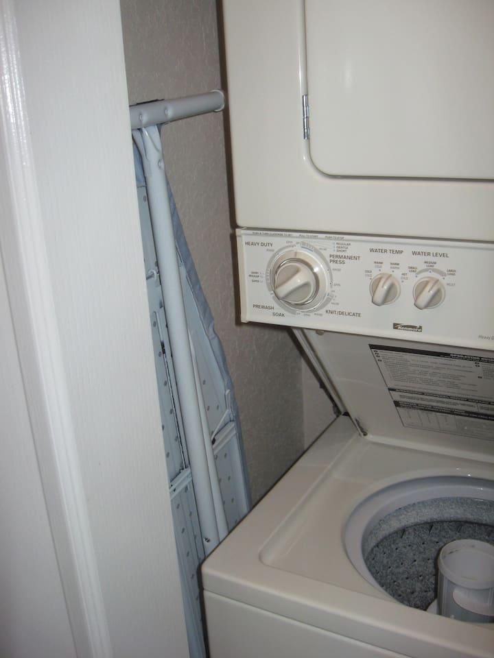 Laundry facility, includes a washer, dryer, and an ironing board and iron - Servicio de lavandería, incluye una lavadora, secadora, y una tabla de planchar y plancha