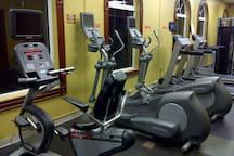 Work out room - universal weights plus Spa changing room/showers - Una sala de fitness - pesas universales, además de spa vestuarios / duchas