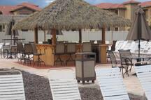 Tiki hut by the pools and beach volleyball --sells alcohol - Tiki cabaña junto a las piscinas y el alcohol voleibol de playa --sells