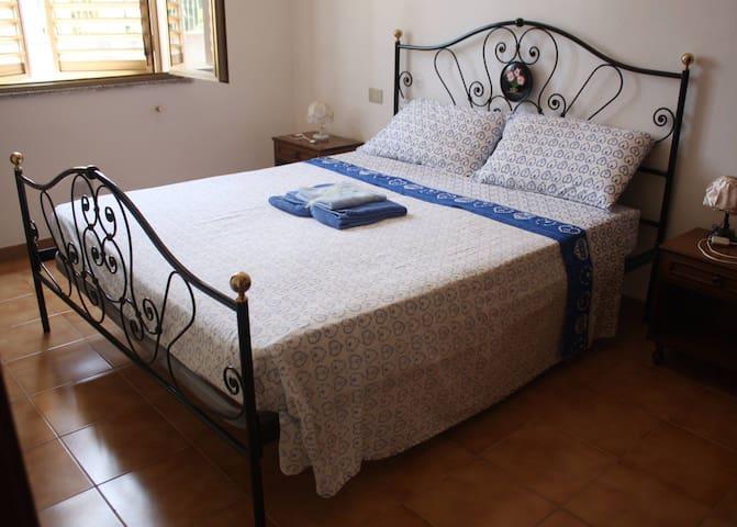 Queen-size bedroom (1/2) - Letto matrimoniale (1/2)