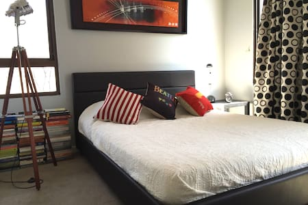 Spacious & Cool double room w/ bath - Providencia - Huoneisto