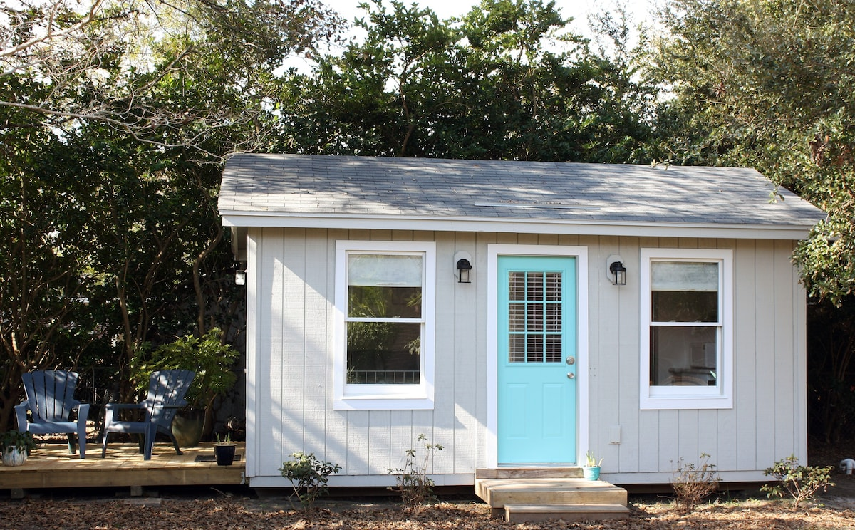 We The Tiny Guest House Has A Side Deck Exclusively For Your Enjoyment.