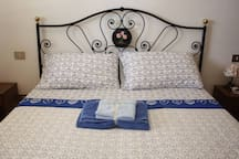 Queen-size bedroom (2/2) -  Letto matrimoniale (2/2)