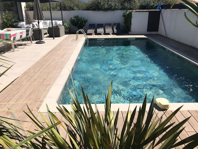 Contemporary villa, 180m2, pool, 50m beach