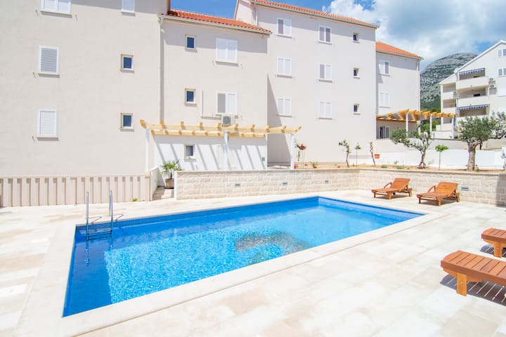 S6 - 2BR apartment with pool and sun lounges