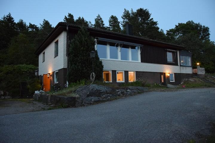 Villa Elsie (parterre vån) nära E6:an och naturen!