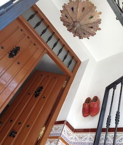Spacious house with roof terrace - San Roque - Rumah bandar