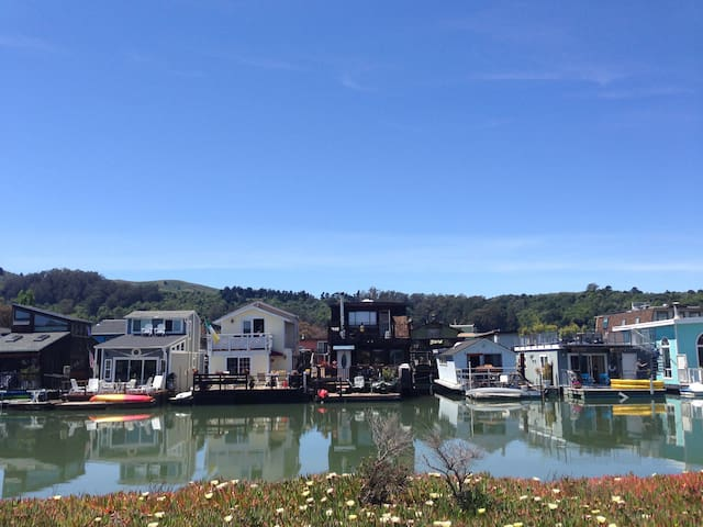 Floating Home Get Away - Sausalito - Outro