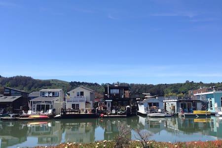 Floating Home Get Away - Sausalito
