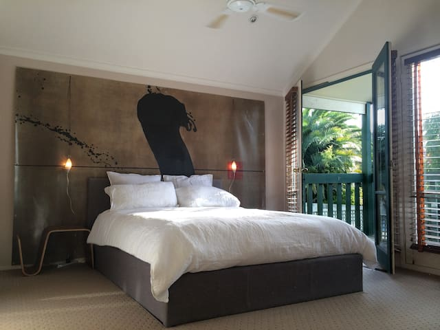 Spacious, sunny masterbedroom - private bath - Hawthorn - House