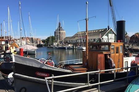 Historische sleepboot in centrum - Enkhuizen