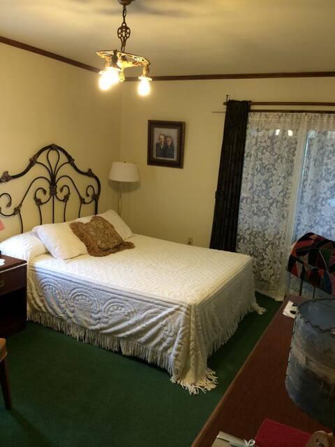 Uncle Buck's Lodge -Turner Room