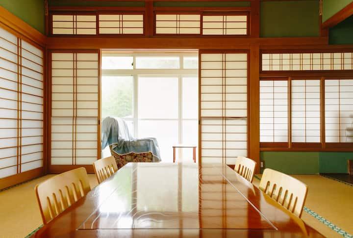 縁側付きの広い和室8畳間