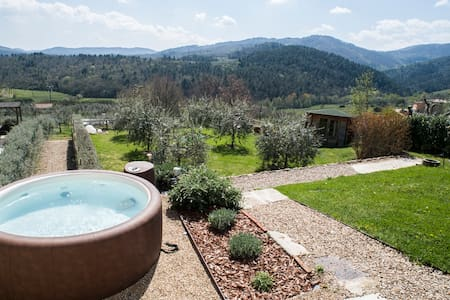 Pinkhouse: a rural house with panoramic garden