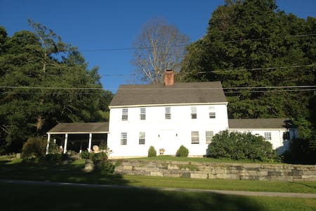 Red Mountain Farm -- CT Farmhouse - West Cornwall - Hus