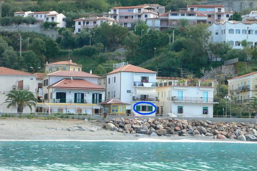 The location apartment (blue circle) - directly on the lungomare