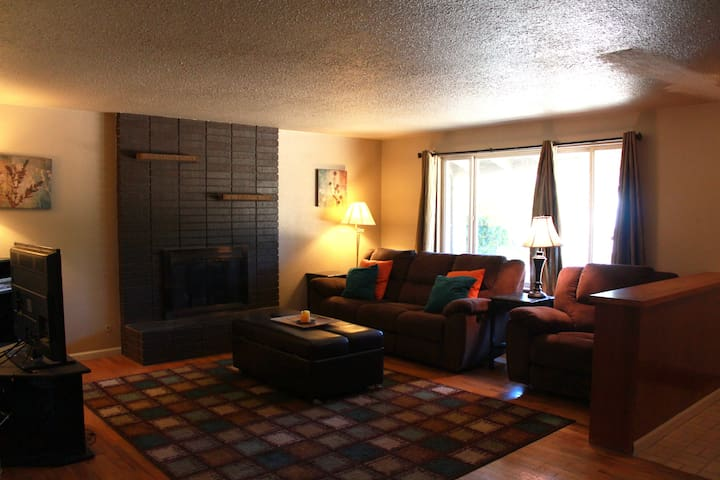 Cozy home, block away from the park - Lakewood - Huis