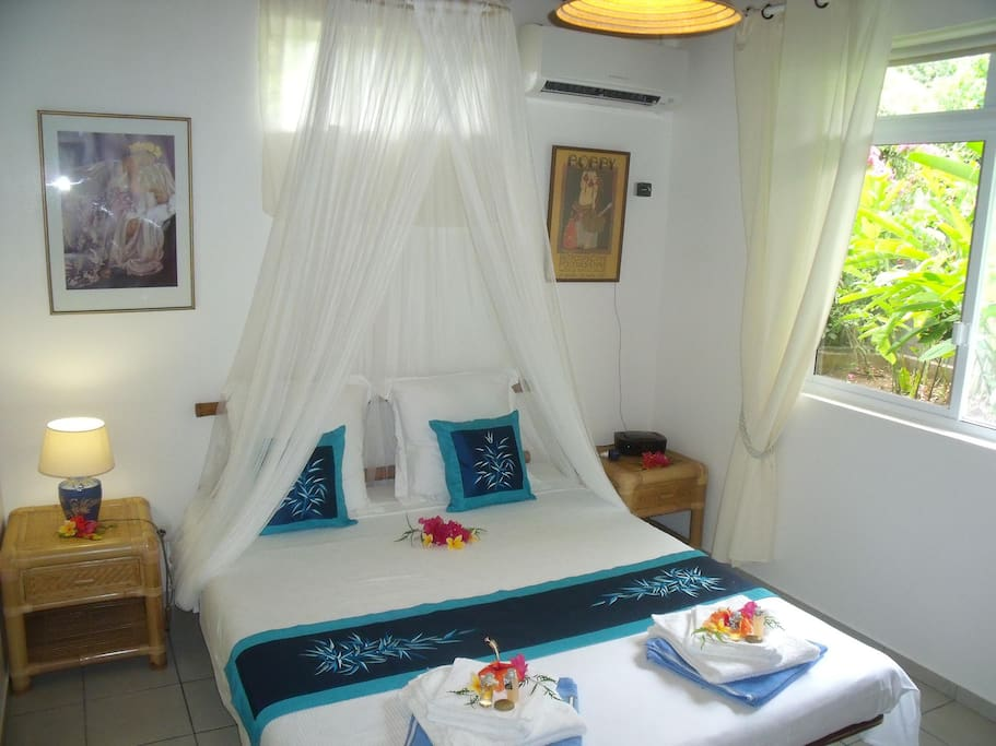 Chambre avec lit Queen-Size et Climatiseur. Room with Queen-size bed and A/C. Habitación con cama Queen-Size y A/C.