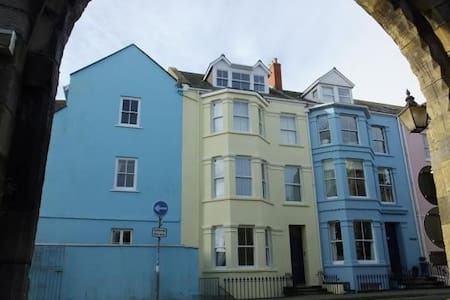Panoramic views over Tenby town walls and beach - 텐비 - 아파트