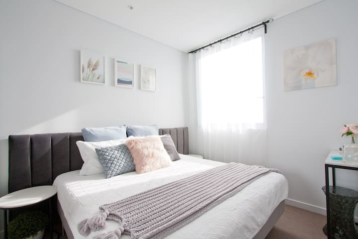 Private Bedroom - Modern, luxurious and clean, Twin bed merged into King size bed (can be separated). Marble bedside tables, Velvet bed head.