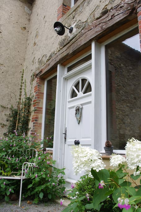 Les hortensias blancs vous invitent à entrer...