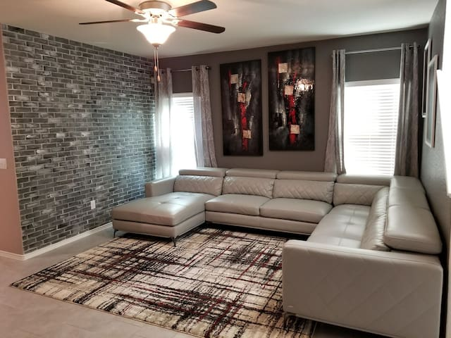 Modern private room near airport/downtown *single*