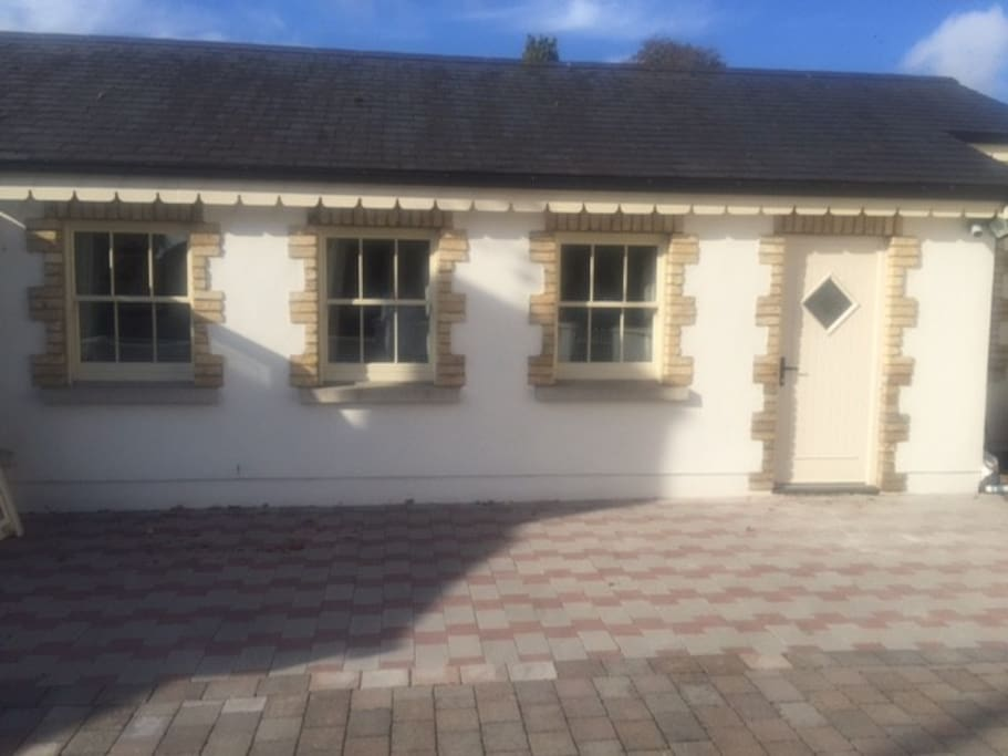 ADELINES APARTMENT WITH OWN ENTRANCE & FREE PARKING