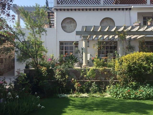 Green Hummingbird Villa w Large Garden, Centro