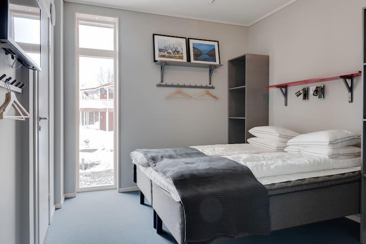 Sovrum 2 med  dubbelsäng och fällbar våningssäng