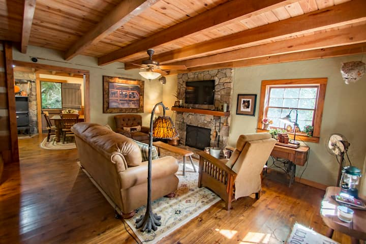 Hemlock Cabin: Historic Creekside Cabin with WiFi