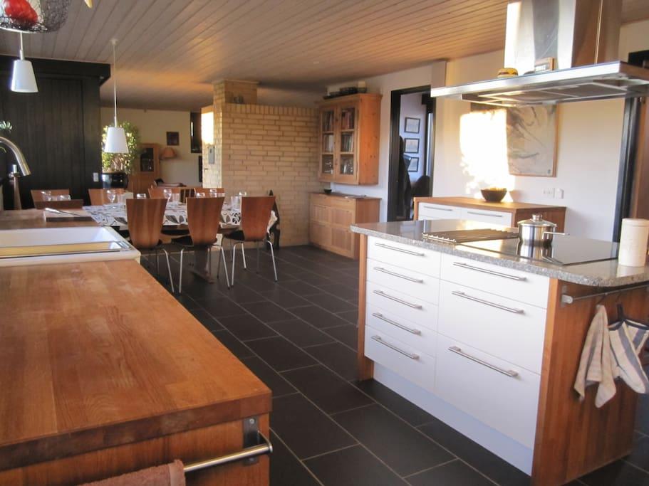 Dejligt stort køkken alrum, som vi byggede i 2012 (se rum nr. 2 på plantegning, som kommer senere).