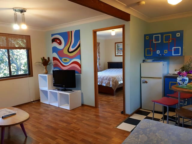Retro cottage *next to reserve*5min drive to beach