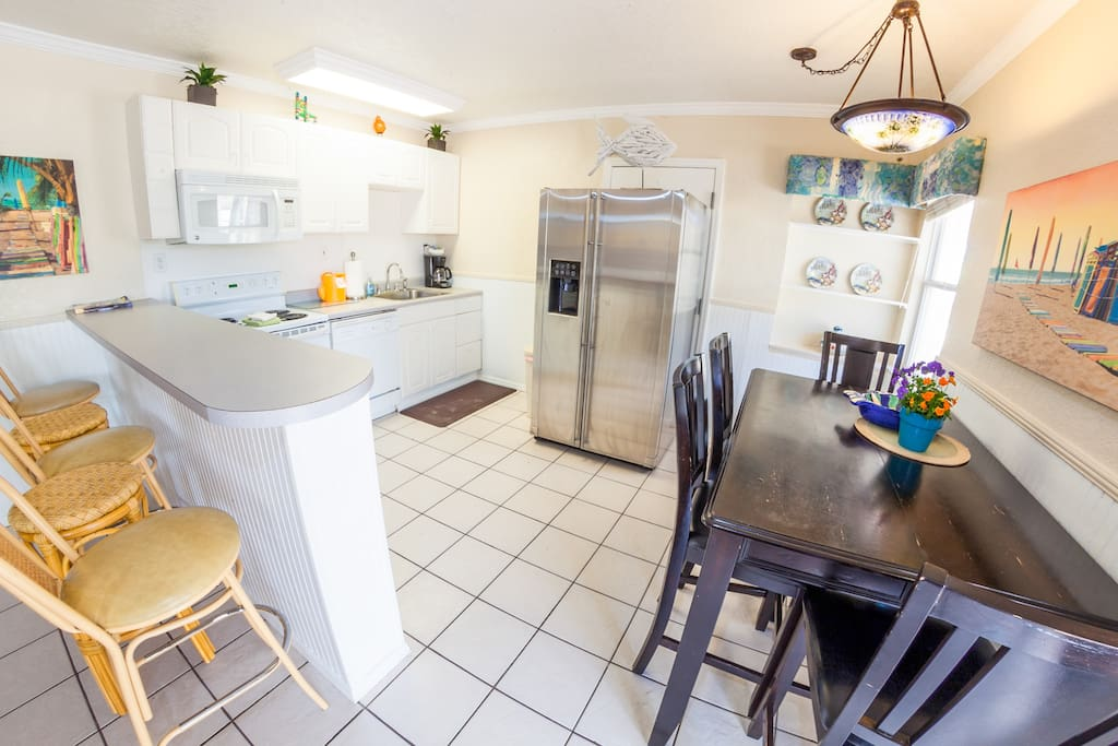 Fully equipped kitchen and dining room with plenty of room to enjoy breakfast, lunch and dinner.
