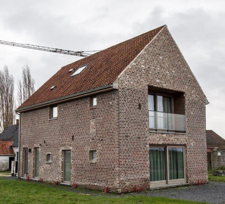 Nieuwbouw studio gelegen op een historische hoeve.