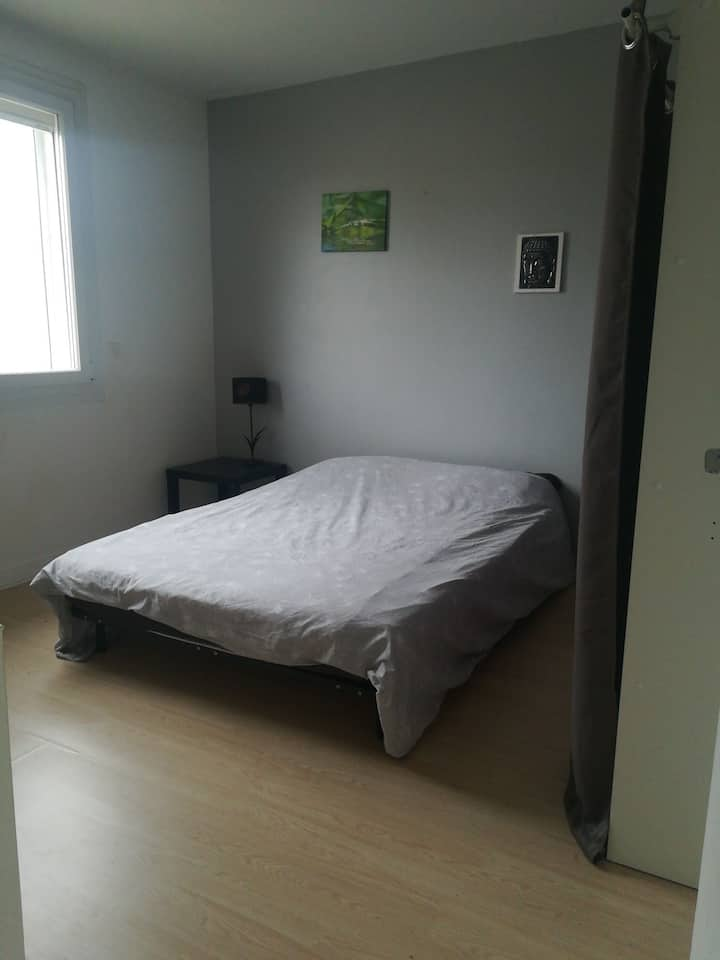 Chambre sobre, quartier calme, hôte accueillant:)