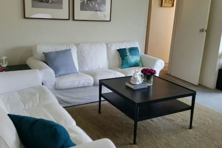 Spacious apt in handy location - Flemington - Apartment