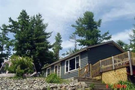 Madawaska Retreat - Burnstown - 小屋