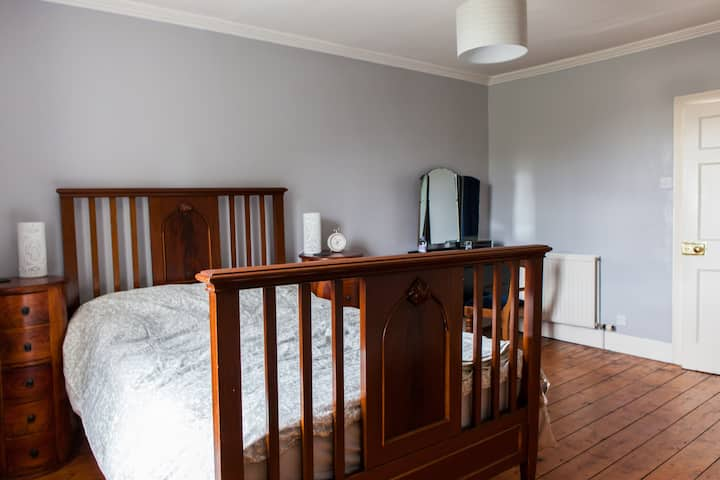 Spacious room in period family home, Leith.
