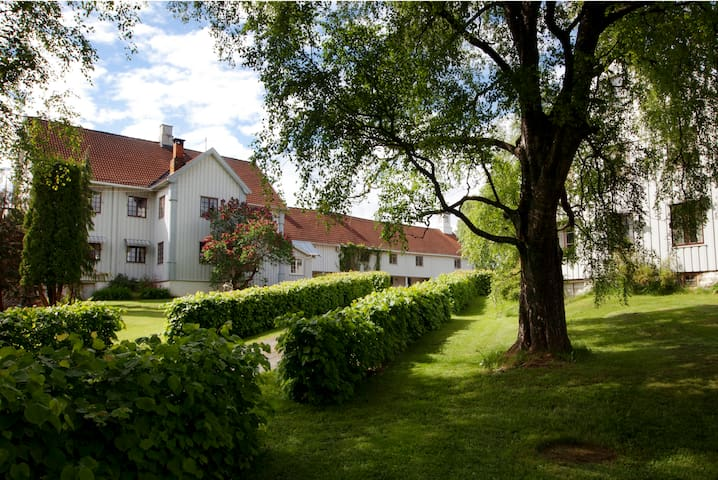 Sjarmerende og historisk Herregård - Biri