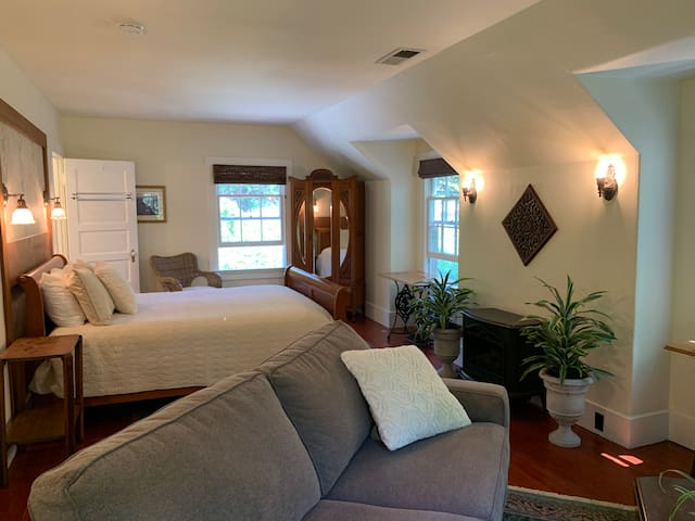 The Honeycomb Suite at Sand Rock Farm