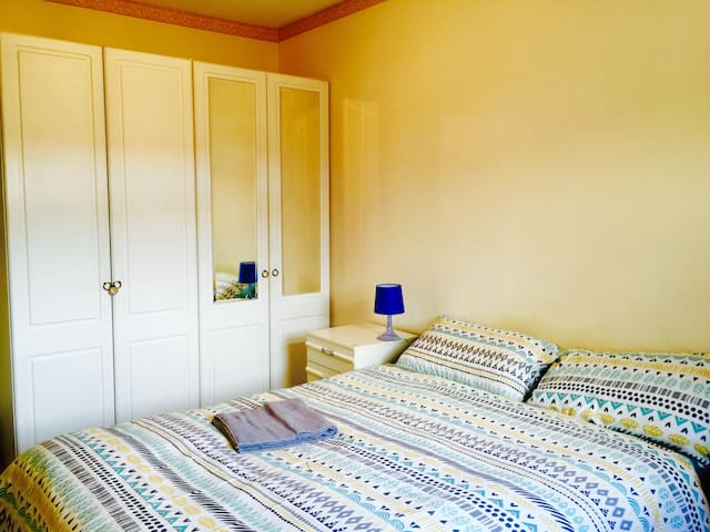A cozy double bedroom with a private Parking - Portsmouth - Apartemen