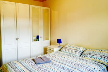 A cozy double bedroom with a private Parking - Portsmouth - Apartment