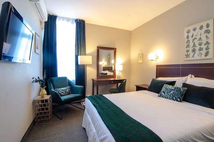 Elegant Queen Room in The Village Superb Location