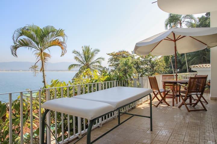deck with breakfast table and massage table/varanda com mesa de cafe da manha, e mesa de massaguen